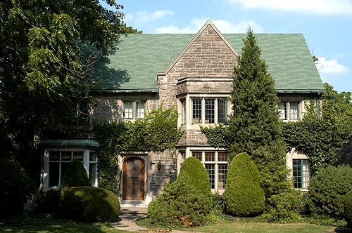 ... I. The style is characterized by half timbered houses and is the late  perpendicular era. Tudor Revival homes in Canada are stone or half-timbered.